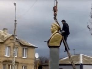 У Лисичанську демонтували пам'ятник Ворошилову. Фото: скрін відео